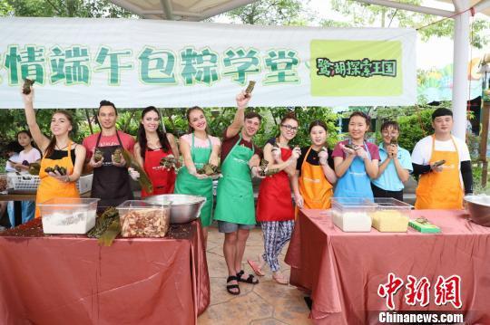 参加此次端午包粽子学堂活动的外国友人一起合影 李星凯 摄