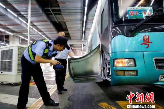 港珠澳大桥边检站工作人员正在对过境车辆进行查验。 王相国 摄