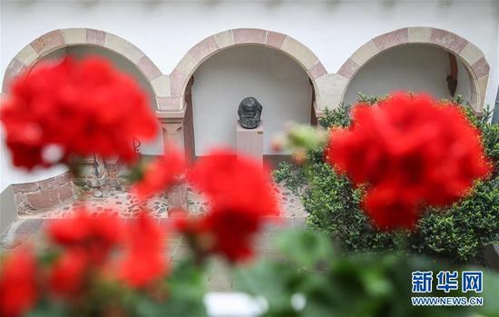 这是5月3日在德国特里尔马克思故居纪念馆内拍摄的马克思雕像。