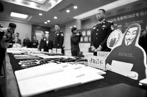 """广东警方展示近期""""安网""""行动战果。"""