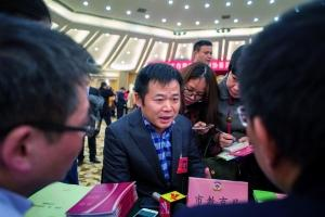 市政协委员何伟在市教育局摊位知情问政。