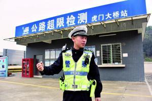 李梁胜在公路超限检测站执勤。 信息时报记者 叶伟报 摄