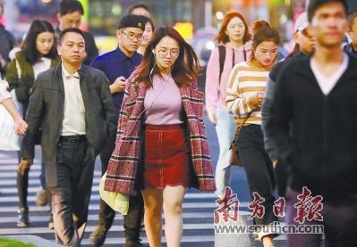 14日傍晚,气温已经有所下降。广州珠江新城街头,行人身着外套步履匆匆。 南方日报记者 王良珏 摄