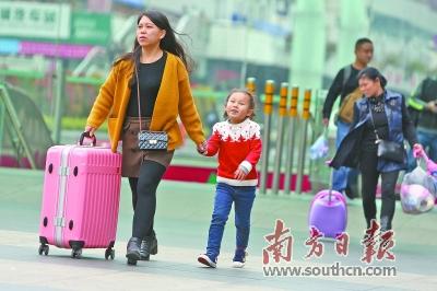 元旦将至,深圳火车站客流明显增长。图为12月28日,深圳火车站候车广场,旅客推着行李前行。南方日报记者 朱洪波 摄