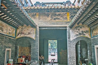 番禺区神农古庙内墙上画满了壁画,由于疏于保护,壁画已渐渐褪色。