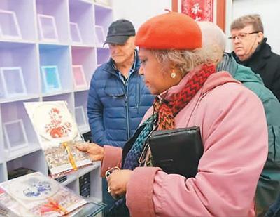 加拿大游客今年春节在河北蔚县游览。