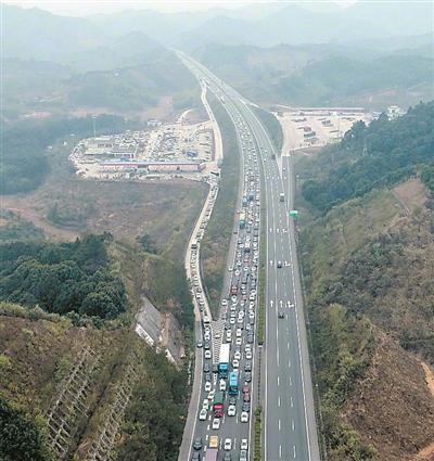 乐广高速上的车流。