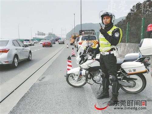 ■市公安局交警支队太平高速公路大队民警林映声在虎门大桥上执勤巡逻  东莞交警供图