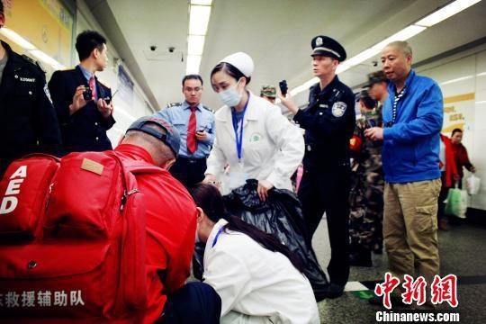 各方力量紧急抢救晕倒旅客 广铁警方供图