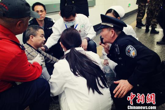 民警和医护人员对第二名旅客进行询问和施救 广铁警方供图