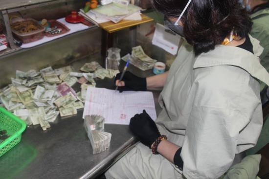 点钞员的手指头都会套上护套,粘上胶布,防止纸币划伤。