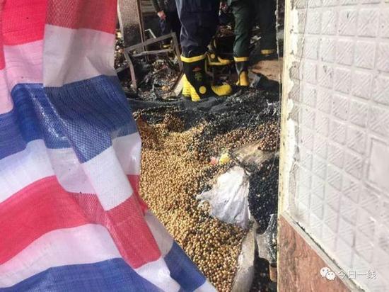 今天,一线记者还在附近走访了五六家粮油店铺,其中只有一家配备了灭火器。
