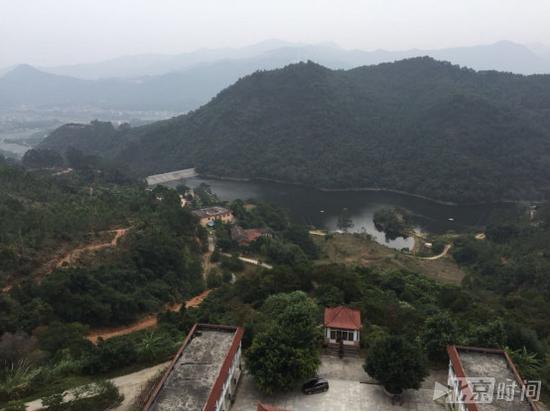 西隐寺全貌鸟瞰图,三进院落依山而建。记者杨安平摄