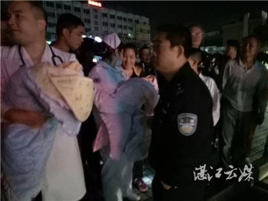 医生护士将弃婴抱回医院做身体检查。记者陈凯杰摄影