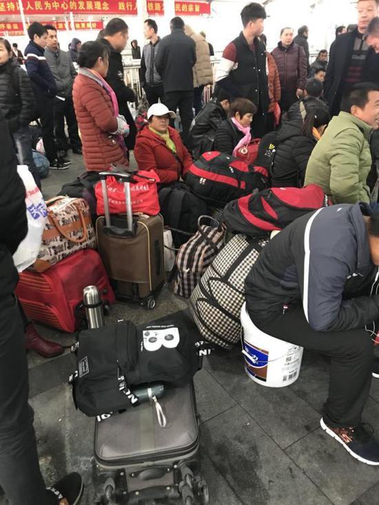 图为广州火车站旅客。