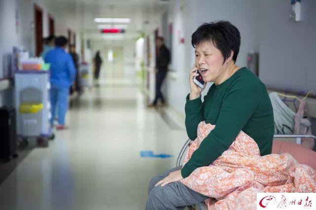 温土凤正在和远在韶关的丈夫通话