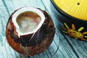 清润的椰子炖鸡汤