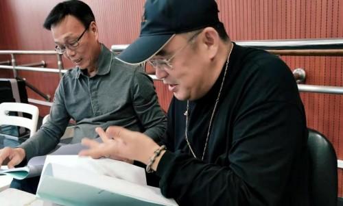 邱伟杰(右一)正在推敲《普及美学原理》同名诗剧剧本