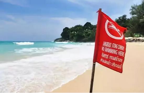 海滩插有红色警示旗帜时,严禁下海游泳。