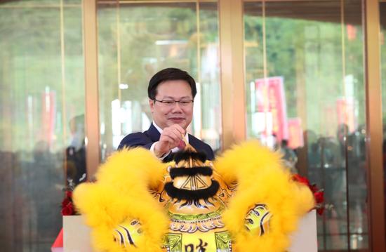 中国奥园集团董事会主席郭梓文出席醒狮点睛仪式