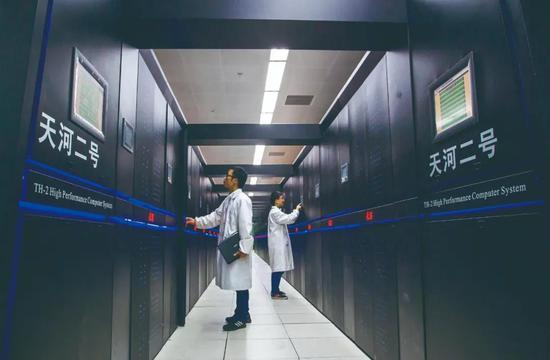 """广州超算中心主机系统""""天河二号""""蝉联全球超级计算机第一,荣获四连冠。图为""""天河二号""""超级计算机"""