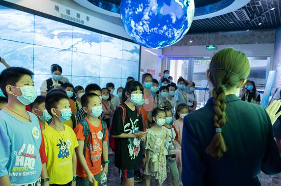 讲解员介绍广州历年来发生的地震