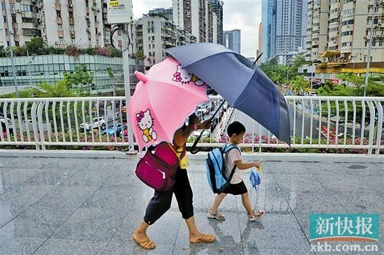 """受台风""""狮子山""""外围云系影响,广州昨日雨势不断。 新快报记者 李小萌/摄"""