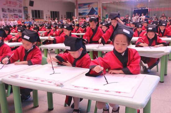 起笔 蘸墨 收笔 孩子学用毛笔写字