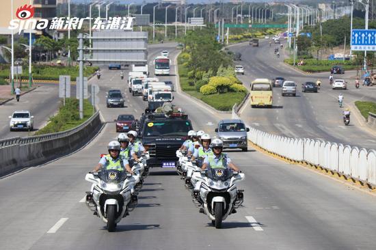 公安车辆巡游现场 陈婷摄