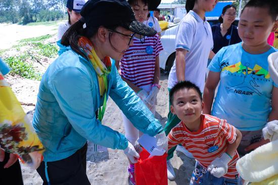 孩子们从袋子中抽出纸片,匹配垃圾降解耗费时长