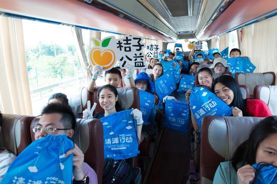 上午8时,公益旅行团成员从广州出发前往惠州黑排角