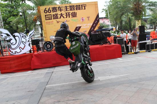 摩托车赛车手杂技表演 (2)