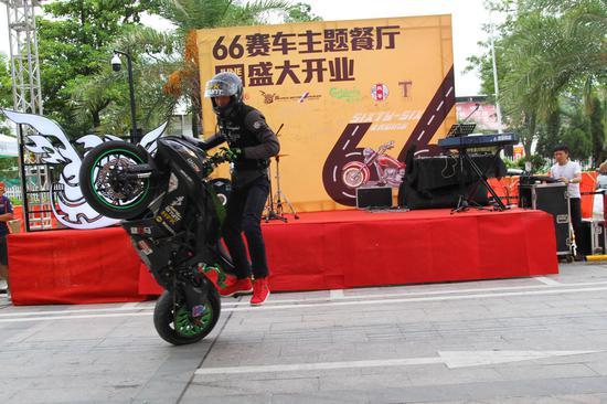 摩托车赛车手杂技表演 (1)