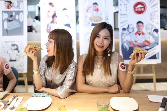 新一代意式手拍薄底比萨品鉴会吸引众多时尚美食博主参与