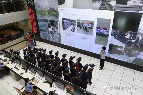 孩子们走进110指挥中心,了解报警台的运作程序以及如何正确报警。