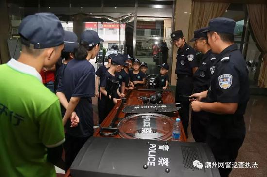 参观特警装备,了解常用警械的使用。