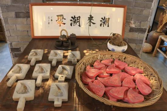 潮聚文创产品:水泥红桃粿摆件、粿印烟灰缸
