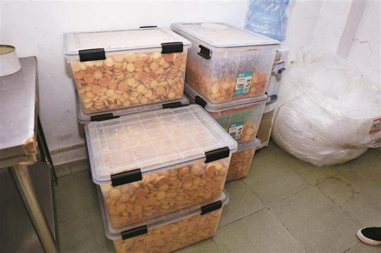 ▲福田警方在一地下仓库缴获大批准备加工的假冒伪劣饼干。