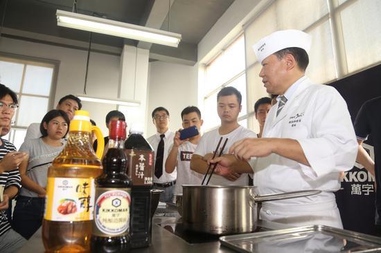 菊地刚大使给广州厨师们授课