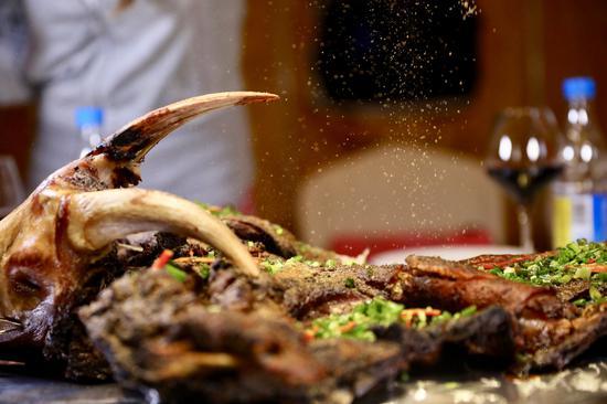 烤全羊选自青海的绵羊,净重约25斤