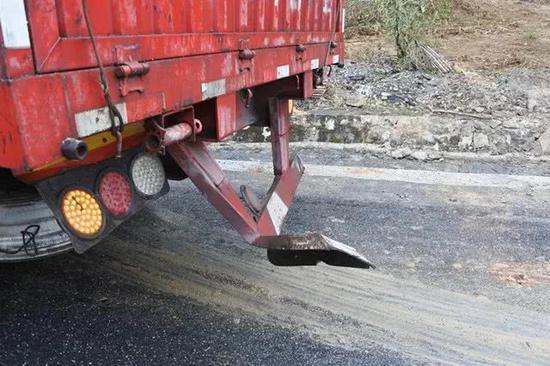 韶关一货车下坡转弯失控 摩托被撞飞司机身亡满地血