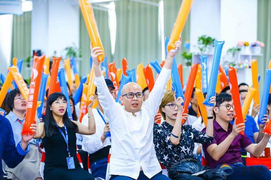方建华与员工一起参与公司2018年年中大会