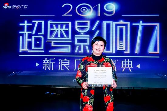 李锦记中国企业事务总监赖洁珊女士代表接受颁奖