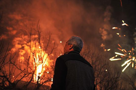 2月5日,农历正月初一凌晨零点,大古城村焰火喧天,照亮了李玉宝家的小院。 新京报记者 吴江 摄