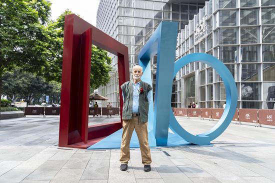 雕塑家菲利普·金先生与作品《达尔文,2019》合影