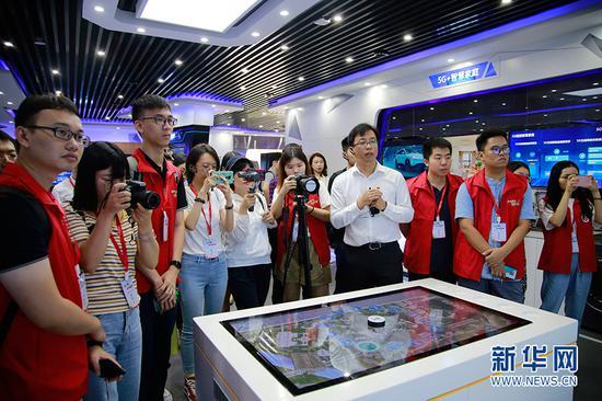 中国联合网络通信有限公司广州市分公司副总经理周剑明介绍5G技术。朱皓 摄