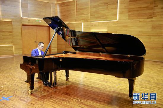 星海音乐学院钢琴演奏家涂宇亮进行钢琴演奏。朱皓 摄