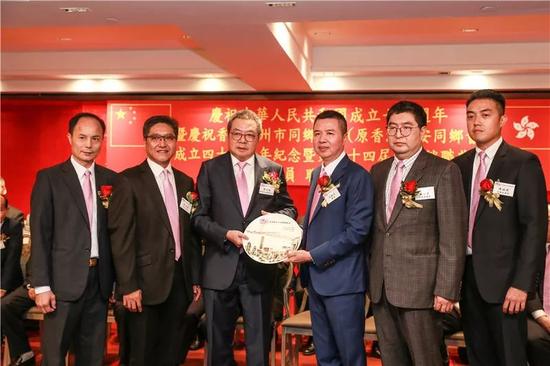 致送纪念品给主礼嘉宾香港潮属社团总会主席陈幼南先生