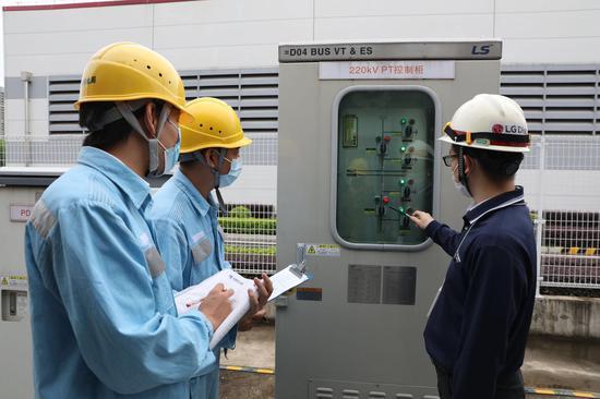 南方电网广东广州黄埔供电局工作人员到乐金显示(中国)公司了解企业设备日常运行情况。(陈尚恒摄)