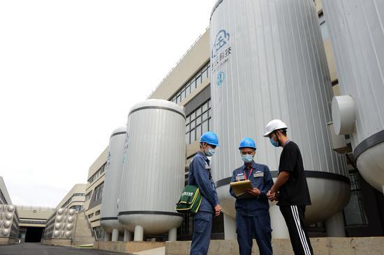 南方电网广东东莞东区供电局工作人员走访谢岗金云科技数据中心为客户提供服务。(钟文斌摄)